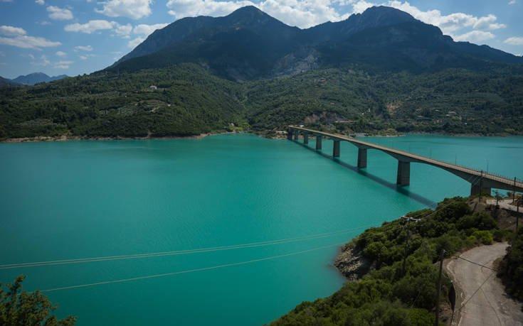 λίμνη κρεμαστών γέφυρα