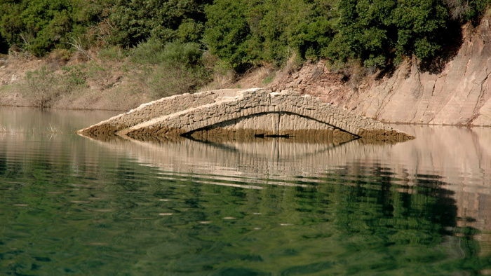 λίμνη κρεμαστών γέφυρα Μανώλη