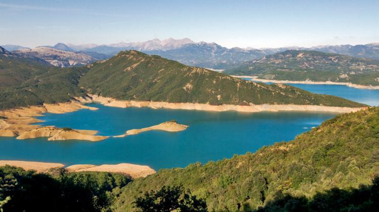 λίμνη κρεμαστών ολόκληρη