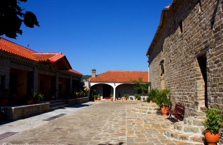 η αυλή στον ναό της Μονής Ρέθα